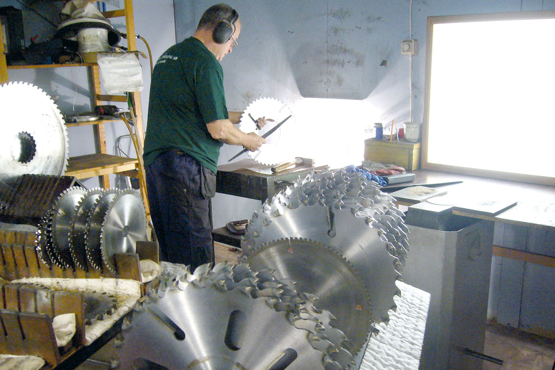 Bild på Rolf i verkstaden på Slipstation Torsång